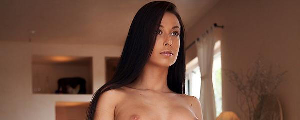 Hana – Długowłosa brunetka