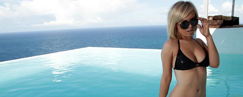 Hannah Martin – Blondynka w basenie