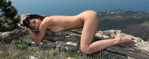 Helen nago w górach