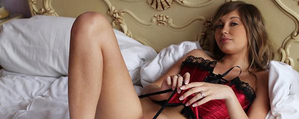 Holly Anderson w czerwonym gorsecie