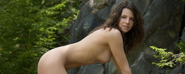 Ivette naga na skałach