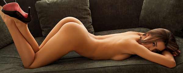 Jackie naga na sofie
