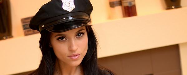 Janessa Brazil – Policjantka