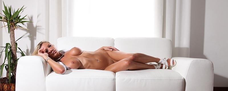 Janine Leech na białej sofie