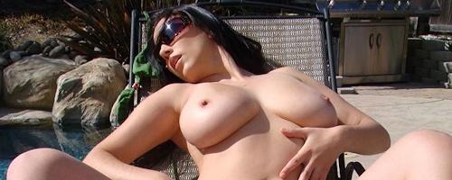 Jelena Jensen na leżaku przy basenie