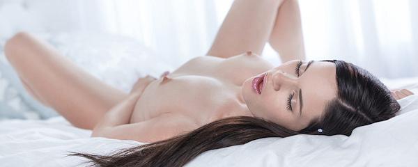 Jenna J Ross naga na łóżku