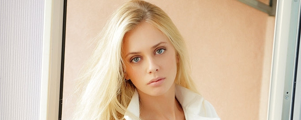 Jennifer Mackay w białym płaszczyku
