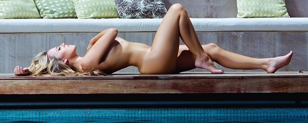 Jessica Hall – Relaks przy basenie