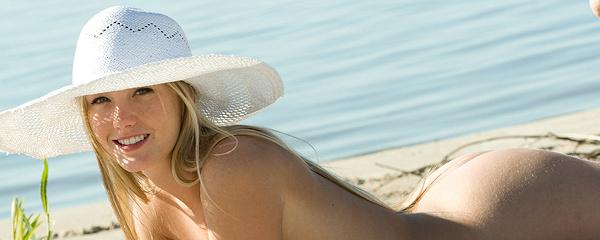 Jewel na plaży w słomkowym kapeluszu