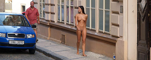 Jirina naga na ulicach Pragi
