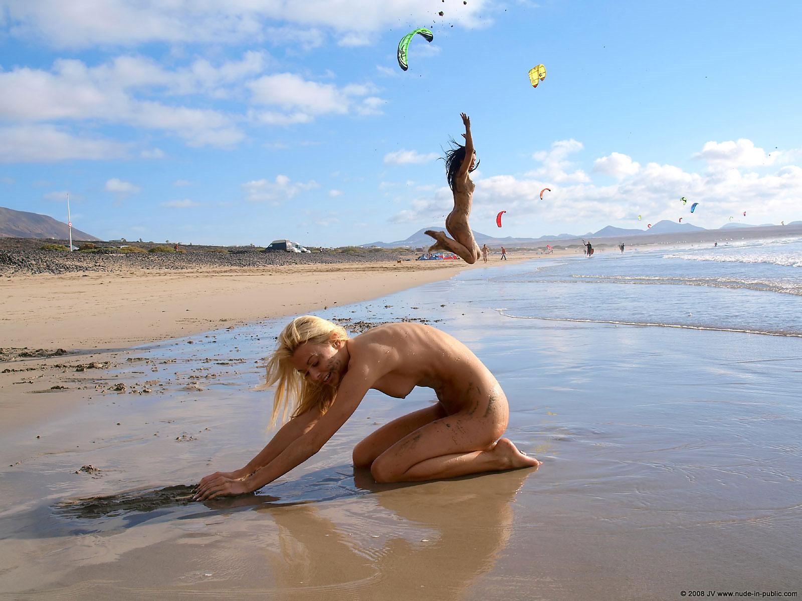 Раздевается на диком пляже 17 фотография