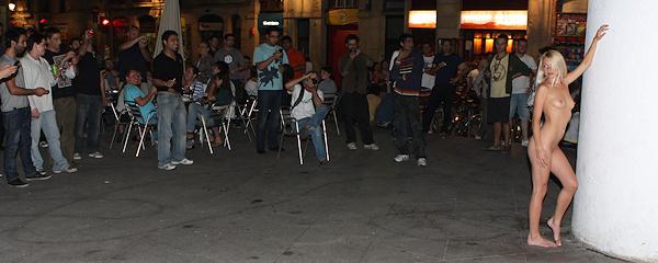 Judita nocą na ulicach Barcelony