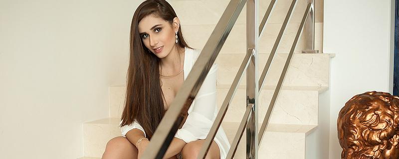 Julia Picoloto na schodach