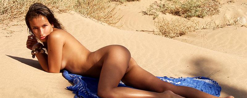 Juman na plaży pod palmami