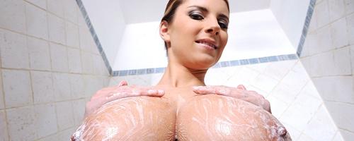 Katarina Dubrova bierze prysznic