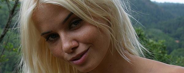 Katerina Stankova – Spacer po górach w bieliźnie