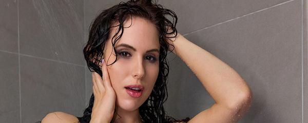 Katie Banks pod prysznicem