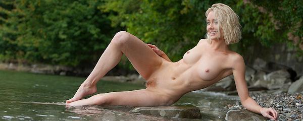 Katy Cee nad rzeką