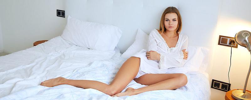 Katy Jones w sypialni