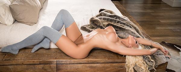Khloë Terae w skarpetkach za kolano