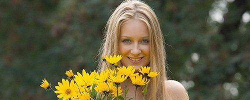 Kinga z kwiatami nad rzeką