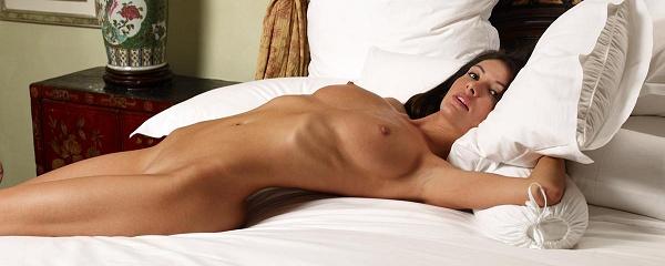 Kocsis Orsi naga na łóżku