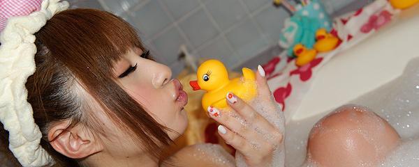Kokomi Naruse – Kąpiel z kaczuszkami