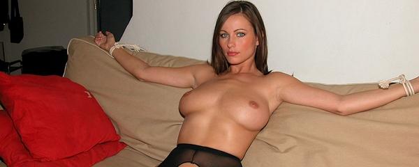 Kyla Cole związana na kanapie