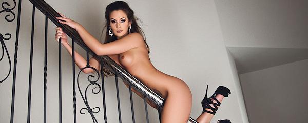 Kylie Morgan na schodach