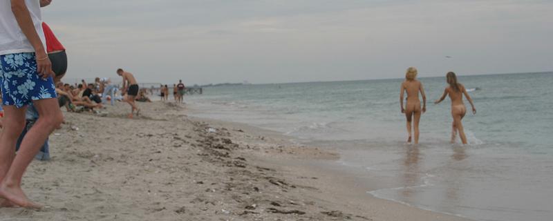 Lena i Vika – Dwie nudystki na publicznej plaży