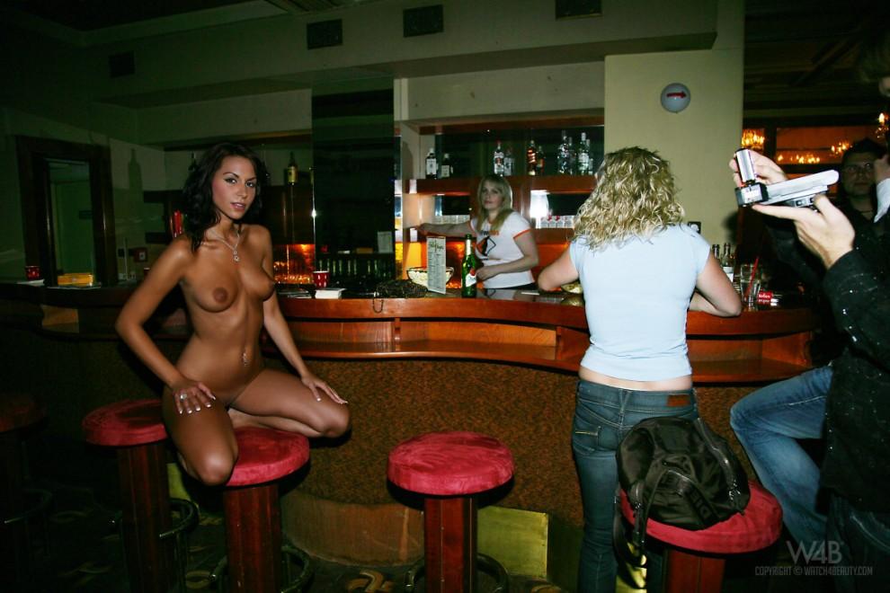 голые официантки в баре фото картинки № 69232