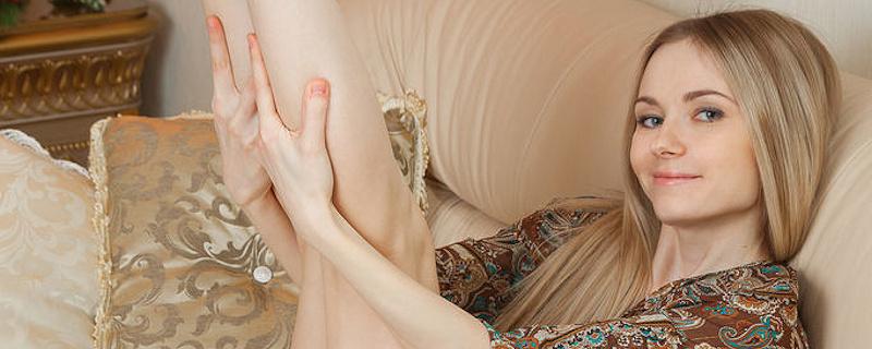 Lenore – Długowłosa blondynka