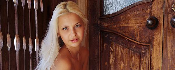 Leonie – Blondyneczka w czerwonej sukience