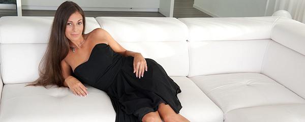 Lia Taylor w czarnej sukience