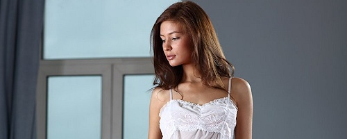 Lidija w białej koszulce nocnej