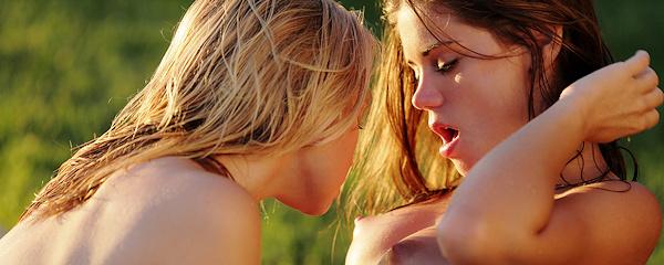 Lily Ivy i Caprice razem w basenie
