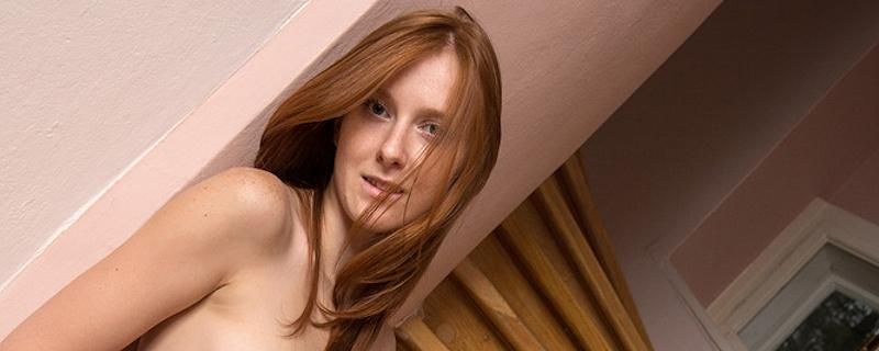 Linda Sweet na schodach