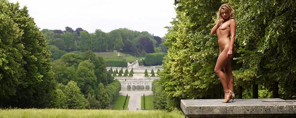 Lisa Marie w królewskich ogrodach