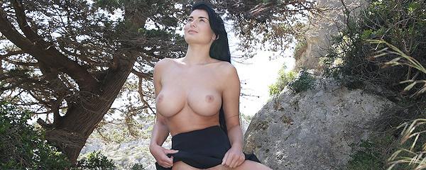 Lucy Li – Czarna spódniczka i japonki
