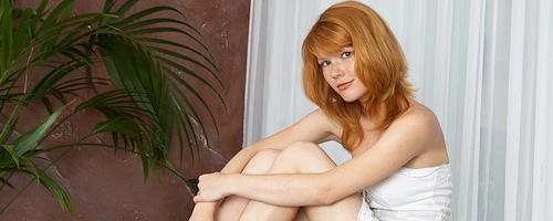 Lynette w białej sukience