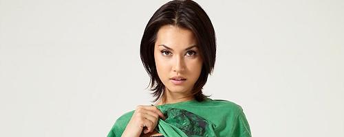 Maria Ozawa w koszulce z czaszką