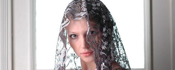Maria z firanką na głowie