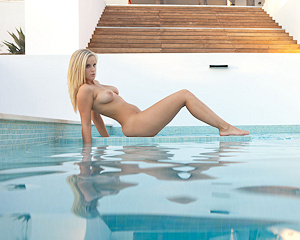 miela-busty-blonde-pool-joymii