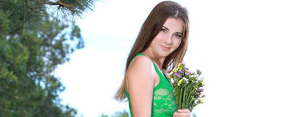 Marta zbiera kwiatki na łące