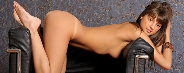 Melena na skórzanym fotelu