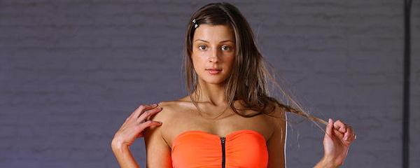 Melena w pomarańczowej sukience