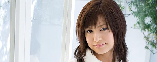 Misaki Mori w spódniczce w kratkę
