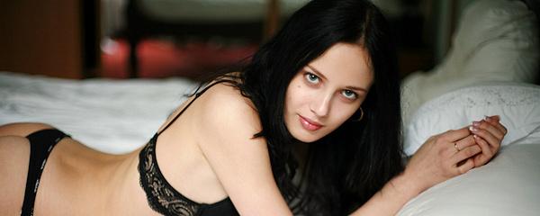 Alisia – Młoda brunetka w łóżku