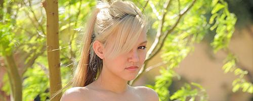 Młodziutka blondyneczka Alexa w jeansach