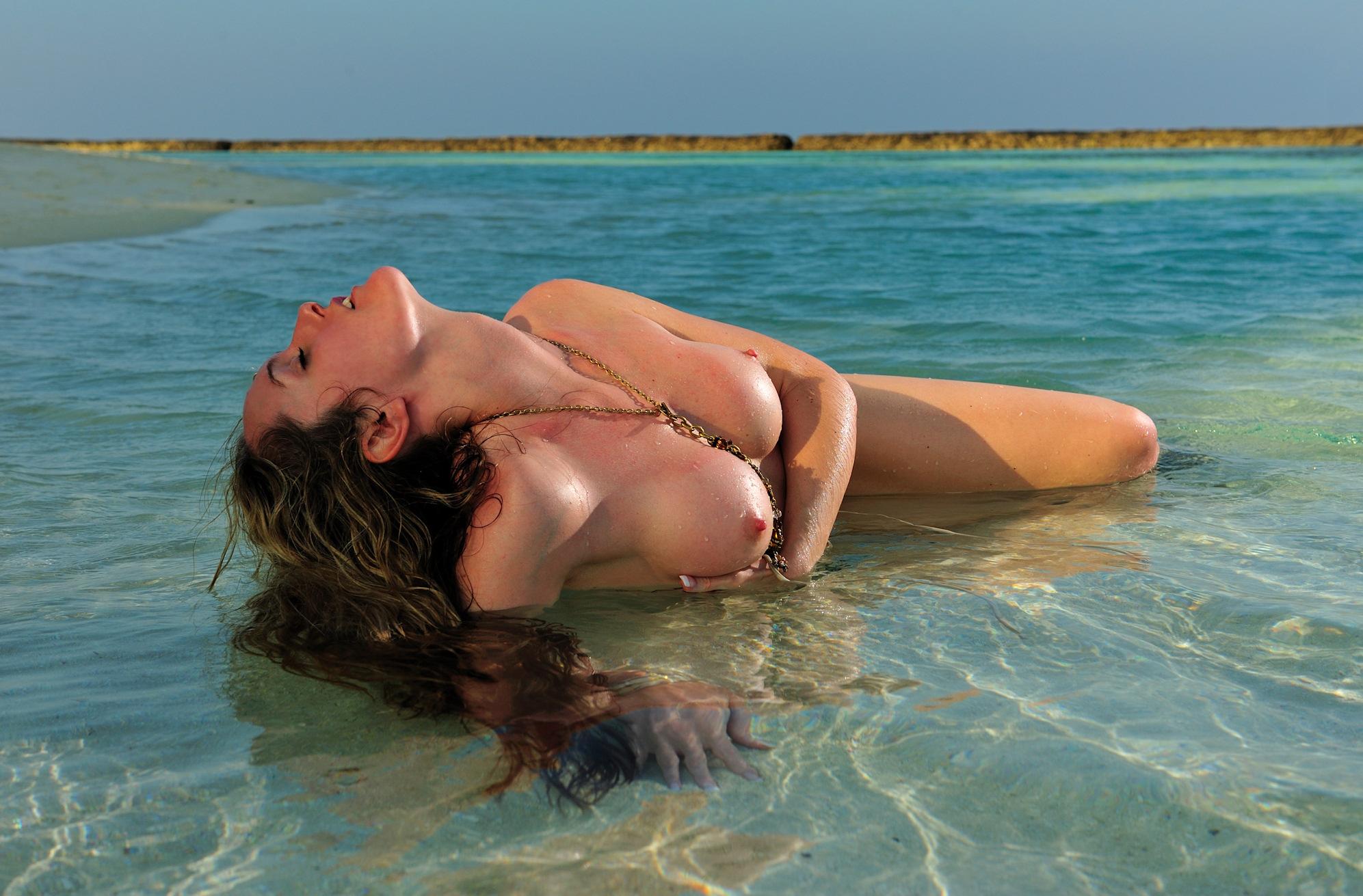 seksi-foto-na-plyazhe-maldiv